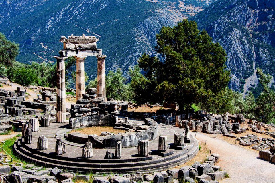 Resti del Santuario di Atena Pronaia.