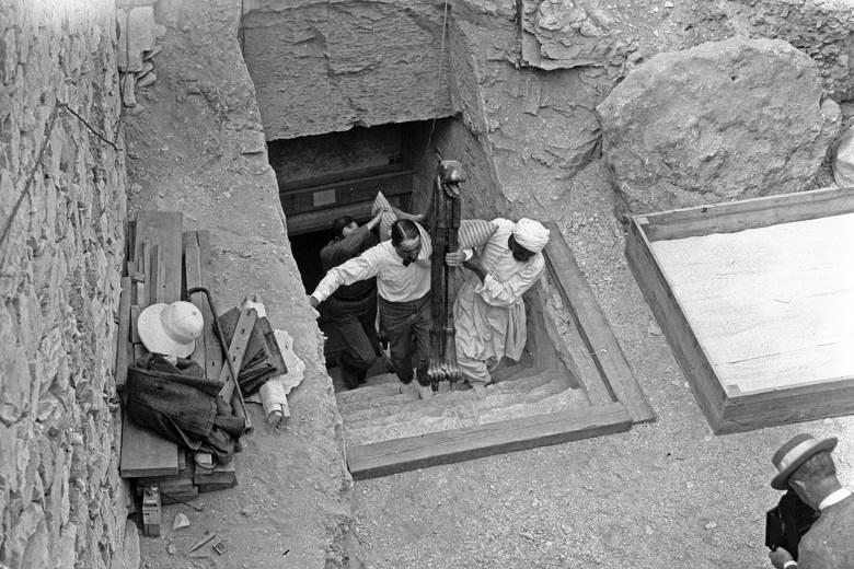 Howard Carter all'ingresso della tomba di Tutankhamon